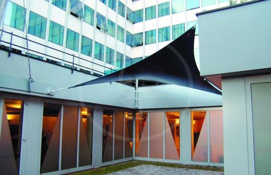Seilnetzkonstruktion im Innenhof der Fa. Mediaset