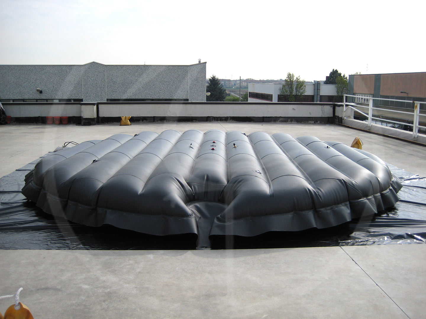 Floating mattress for silos