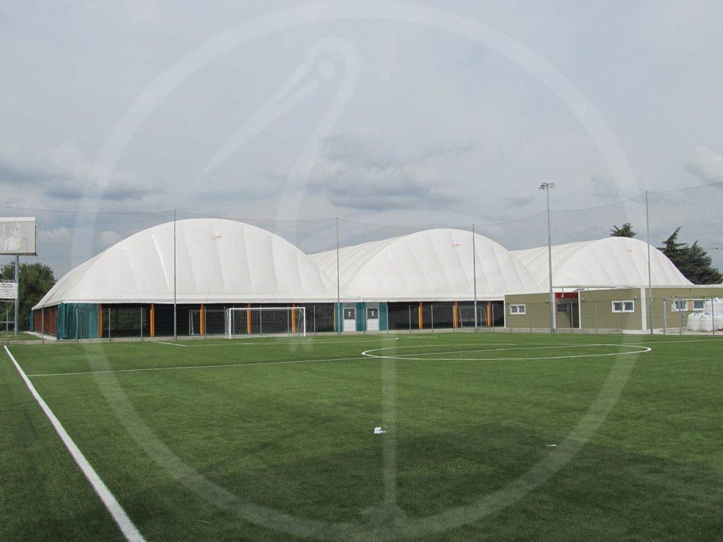 Nebeneinander angeordnete Zeltstrukturen aus Breitschichtholz für Fußballkleinfelder